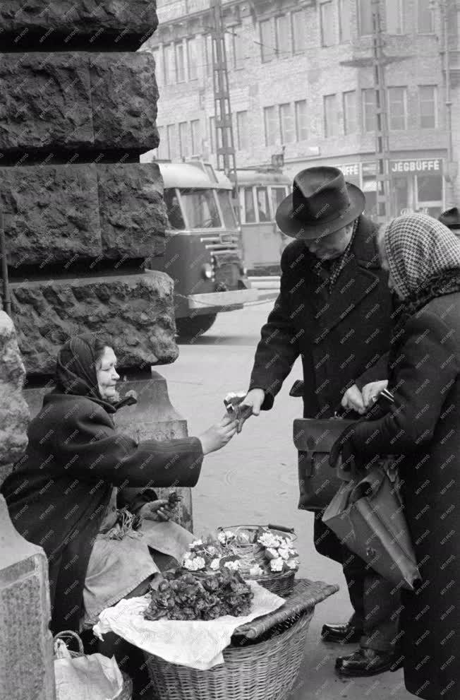 Életkép - Hóvirágot és ibolyát árulnak az utcán