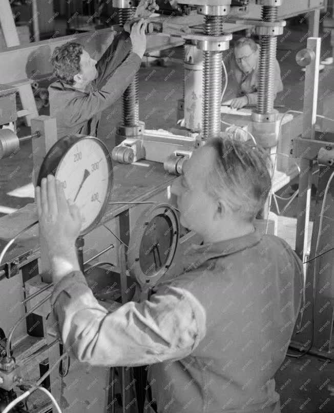 Ipar - Gépgyártás - Hajlító vizsgálat a gépgyárban