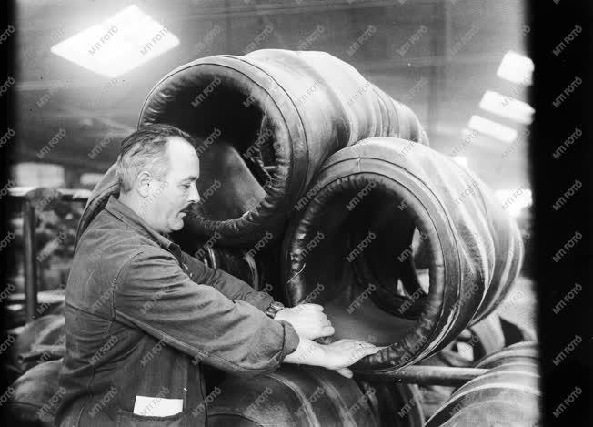 Ipar - A Magyar Ruggyantaárugyár sztahanovista dolgozója