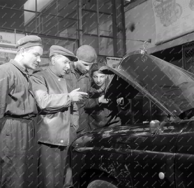 Oktatás - DISZ-tagokat oktat a pártszervezet - Autójavító műhely
