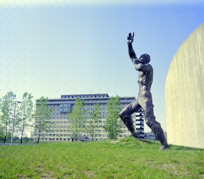 Kultúra - Szobor - A Három tavasz emlékmű Kiskunhalason