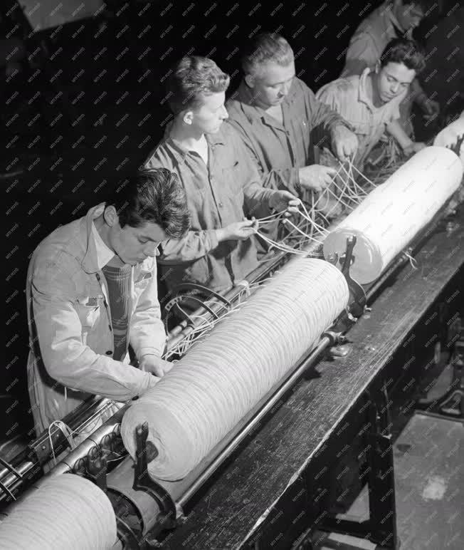 Oktatás - Ipar - Textilipari technikumban