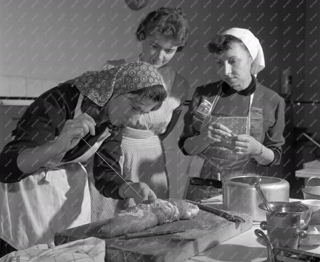 Oktatás - A Gázművek főzőtanfolyama háziasszonyoknak