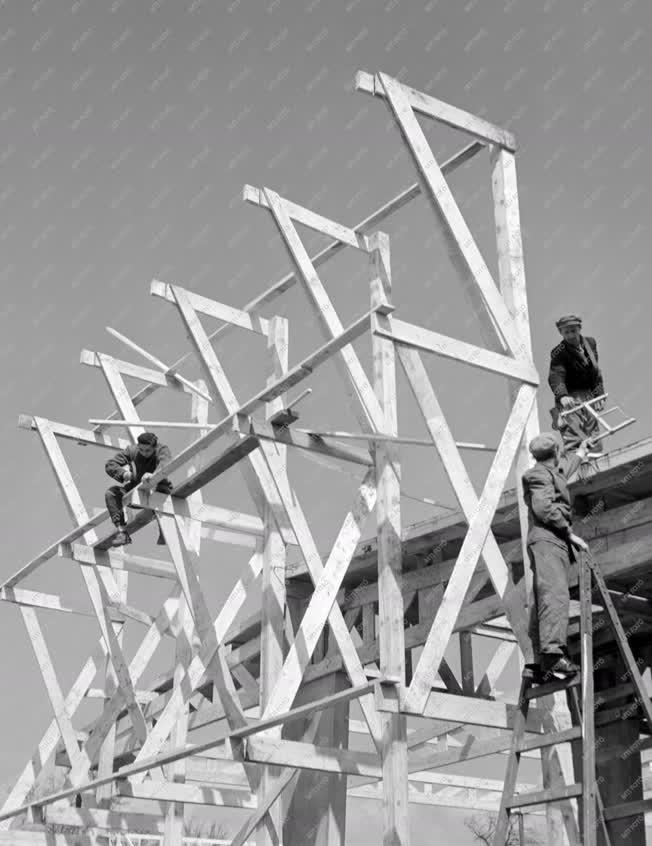 Kereskedelem - Épül a Helyiipari Vásár szovjet pavilonja