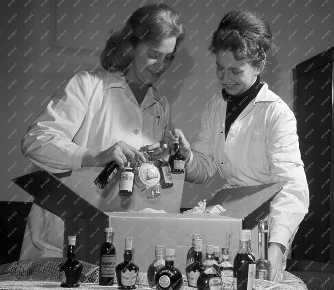 Külkapcsolat - Jótékonyság - Az Unicum Likőrgyár küldeménye