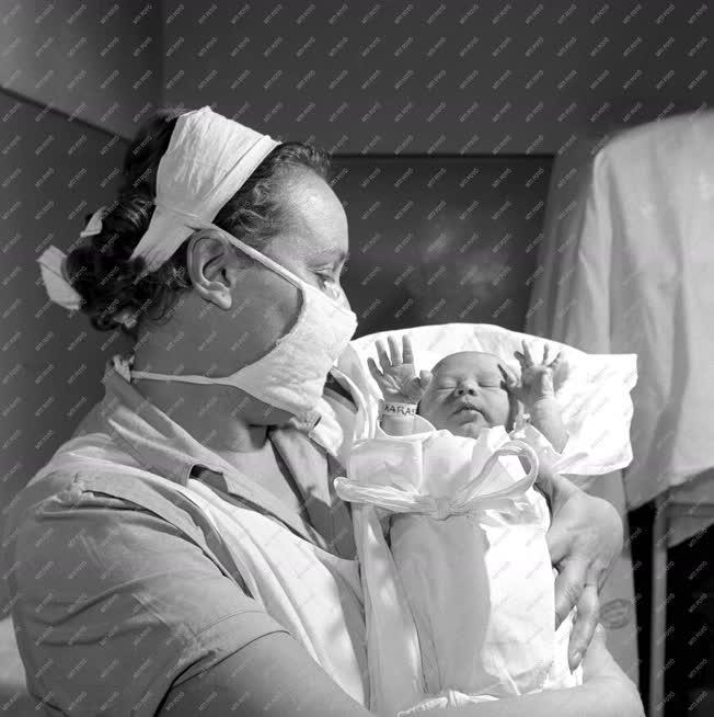 Éegészségügy - Újszülött csecsemő a Balassa János kórházban