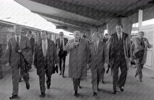 Belpolitika - Kádár János a metró végállomásán