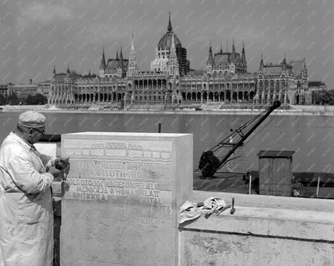 Képzőművészet - Emlékoszlop készül a Kossuth híd helyén