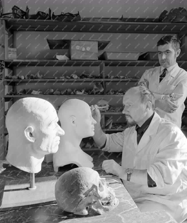 Tuomány - Ókori portrék koponyamodellről