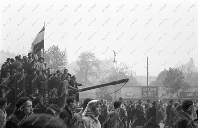 Ötvenhat emléke - Tüntetők a Tanács körúton