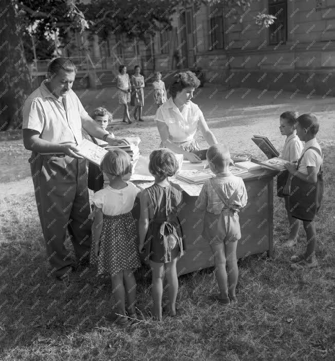 Oktatás - Tankönyvosztás tanyai iskolában