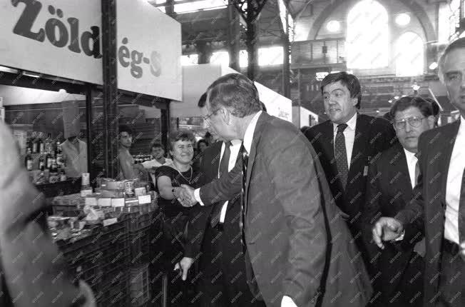 Külpolitika - George Bush a Tolbuchin körúti vásárcsarnokban