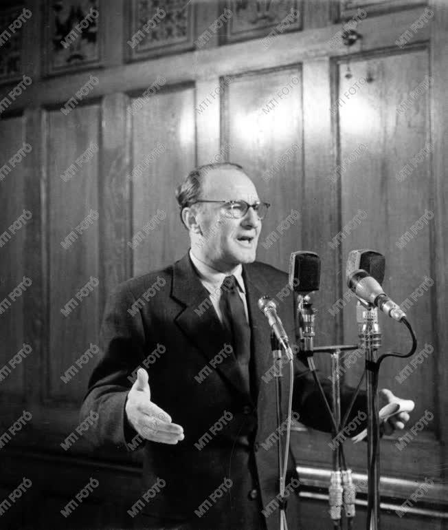 Kádár János a Hazafias Népfront Országos Tanácskozásán