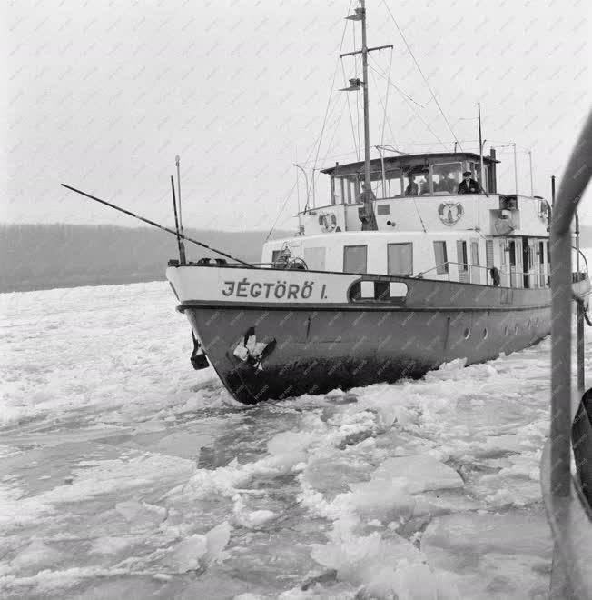 Időjárás - Befagyott a Duna - Munkában a jégtörő flotta Bajánál