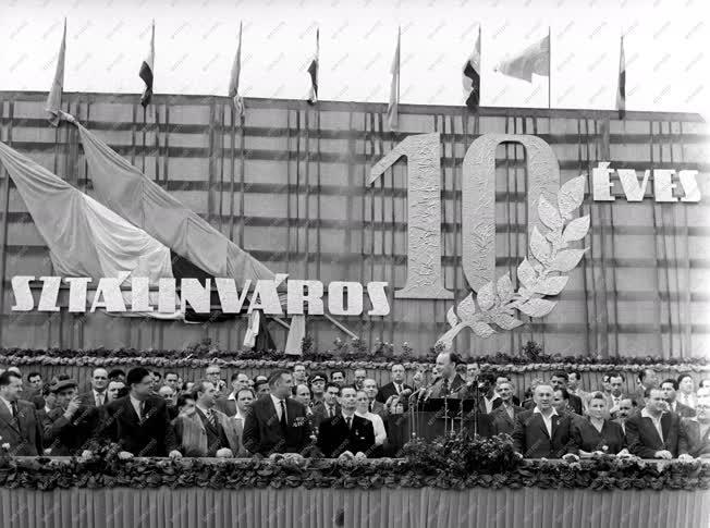 Ipar - Nehézipar - 10 éves a Dunai Vasmű és Sztálinváros