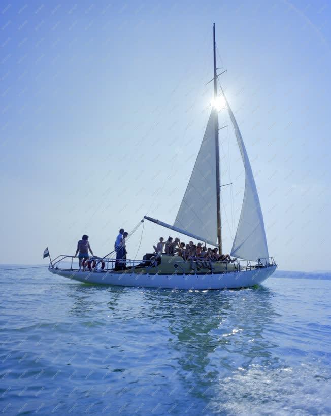 Életkép - Szabadidő - Vitorláznak a zánkai úttörők