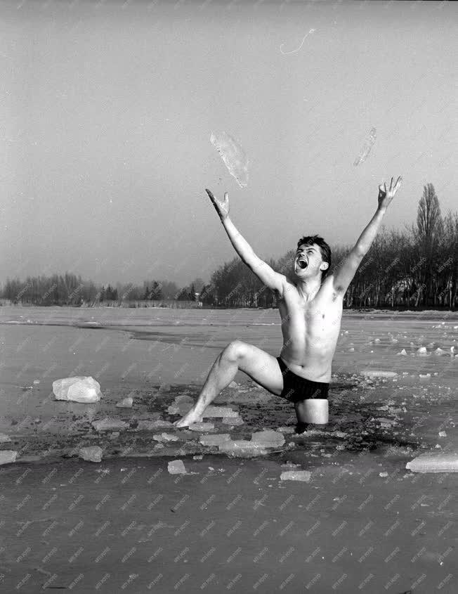 Sport - Téli fürdőzés a jeges Balatonban