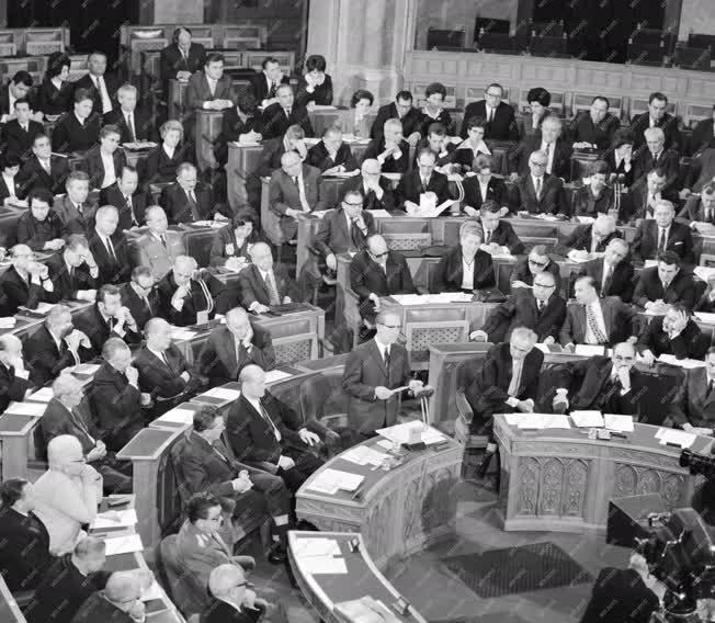 Belpolitika - Fock Jenő beszédet mond az Országgyűlésben