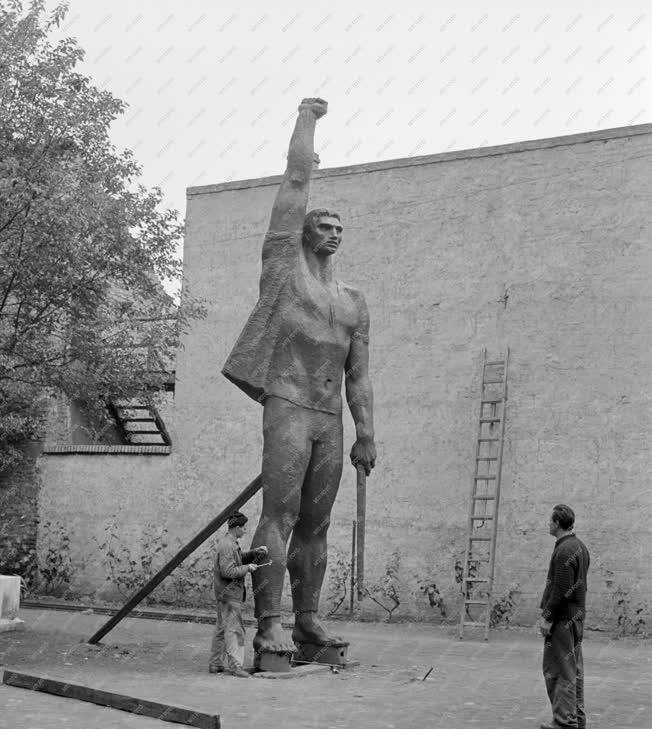 Kultúra - Elkészült a Debrecenben felállításra kerülő Proletár szobor