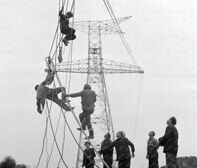 Ipar - Energia - Épül a távvezeték