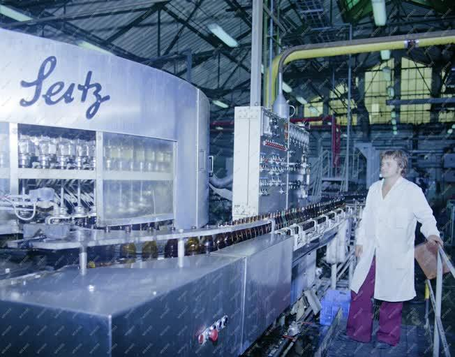 Ipar - A palackozó gépsor a Kőbányai sörgyárban