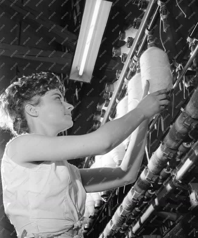 Ipar - Próbatermelés az első magyar gyűrűs fonógéppel