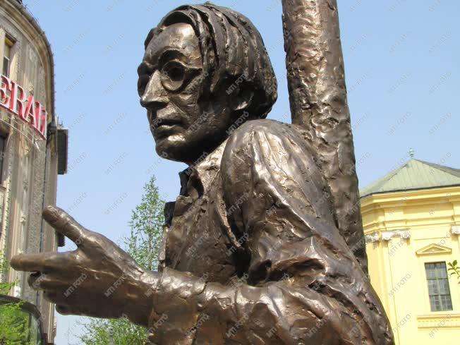 Városkép - Szabó Lőrinc bronzszobra
