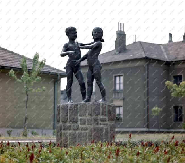 Kultúra - Játszadozó gyerekek szobor Komlón