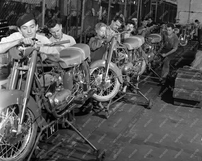 Elkészült a 100.000. Pannónia motorkerékpár