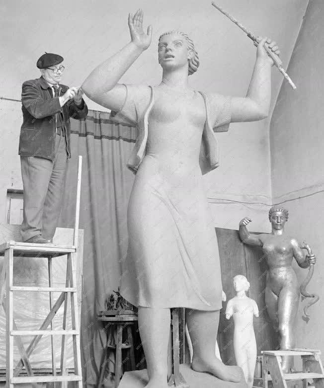 Képzőművészet - Mikus Sándor szobrászművész