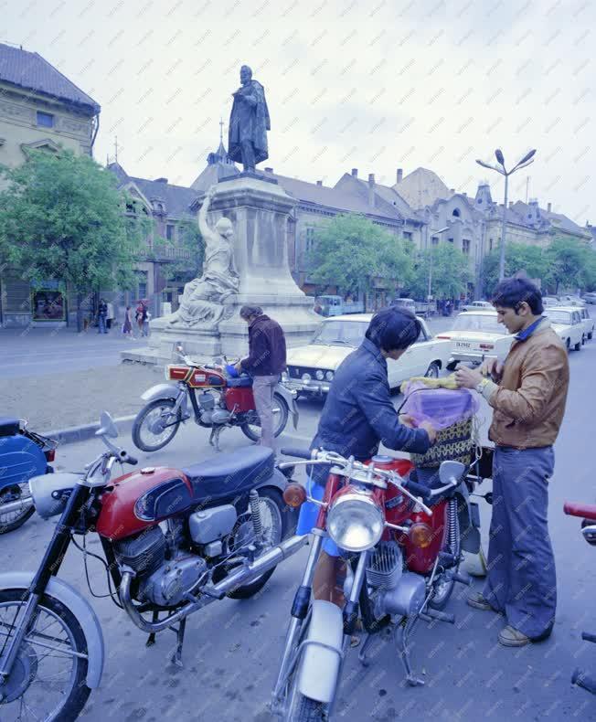 Városkép-életkép - Motorosok a szekszárdi Garay téren