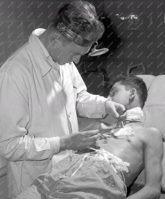 Egészségügy - Dr. Bánfay Iván beteget kezel