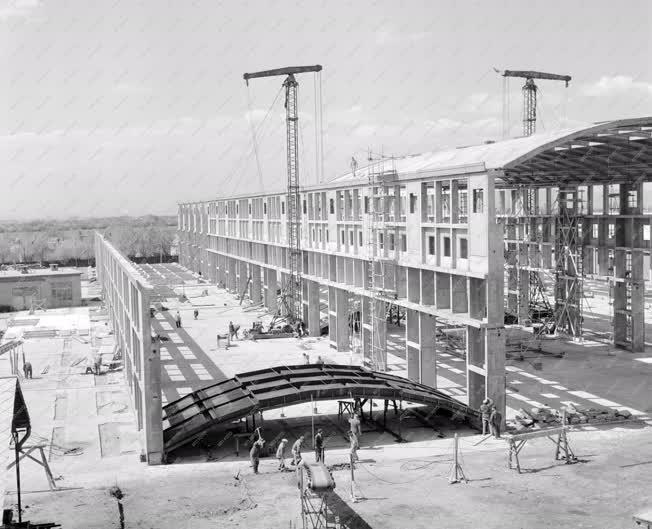 Ipar - Építőipar - Új szerelőcsarnok épül az Ikarusban