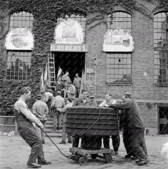 Ünnep - Május 1-re készülnek a Magyar Pamutipar Rt. Fonó- és Szövőgyárában