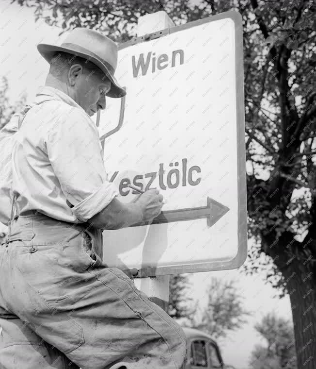 Közlekedés - Festik a bécsi műút jelzőtábláit