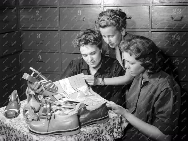 Ipar - 1959-es cipőmodellek a Szombathelyi Cipőgyárban