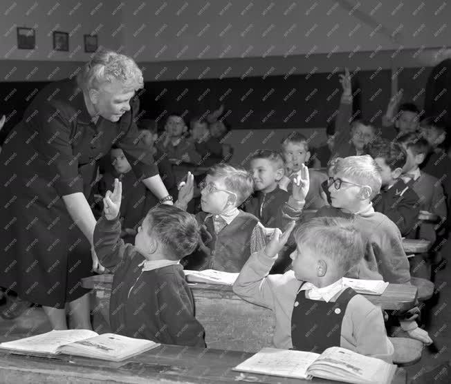 Oktatás - Tanítónő az első osztályban