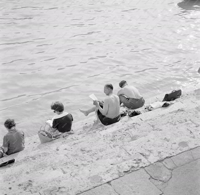 Szabadidő - Pihenő emberek a pesti Duna-parton