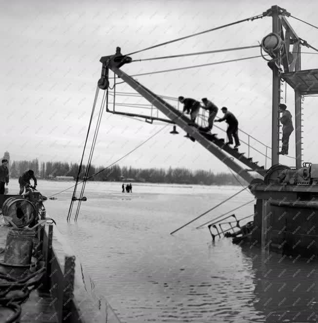 Baleset - Elsüllyedt kotróhajó kiemelése a Balatonon