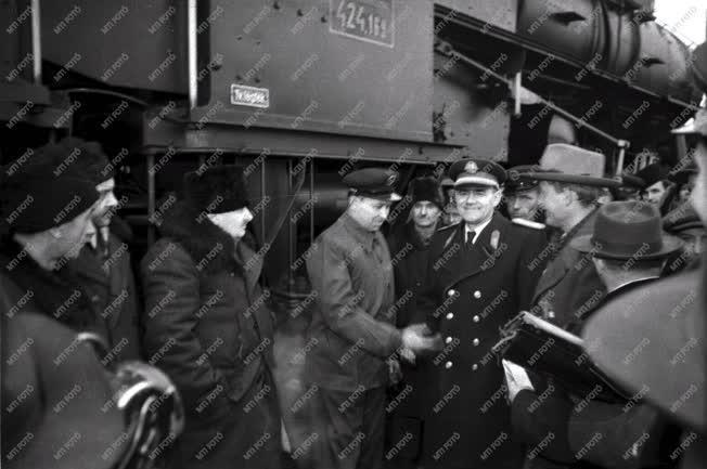 Gazdaság - Panyin 2000 tonnás mozdonyt vezet