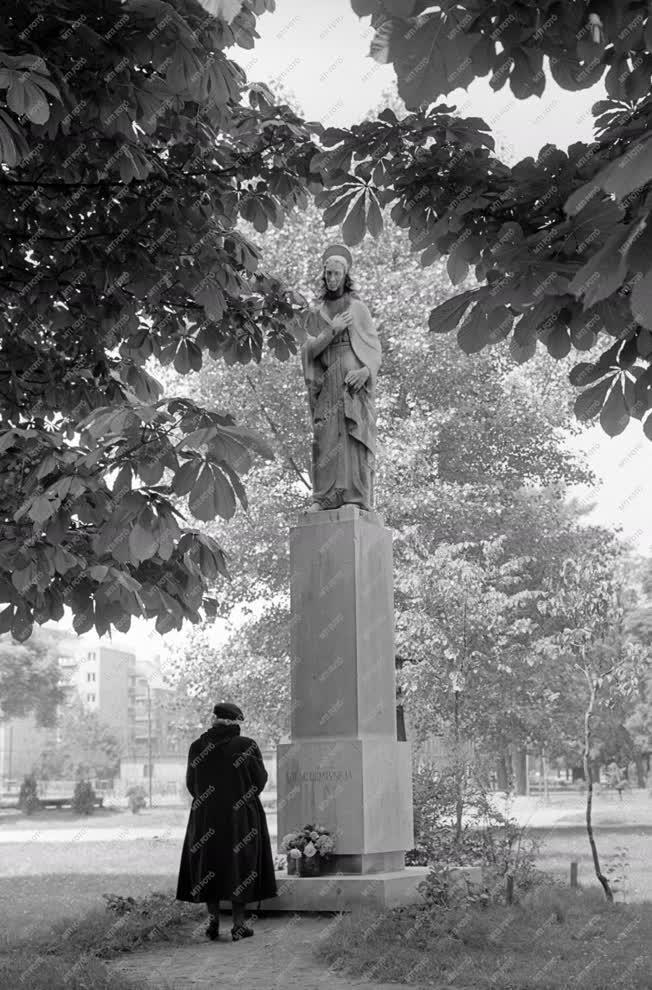 Vallás - Szobrászat - A városmajori Mária-szobor