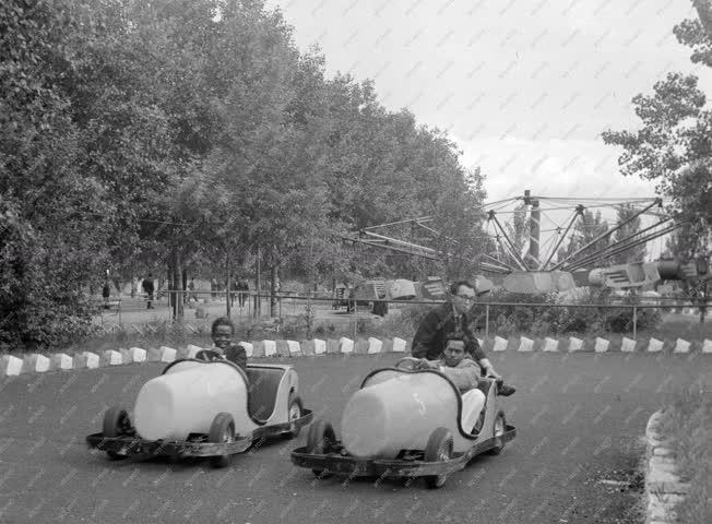 Külkapcsolat - Szórakozás - Külföldi közlekedési szakemberek Sztálinvárosban