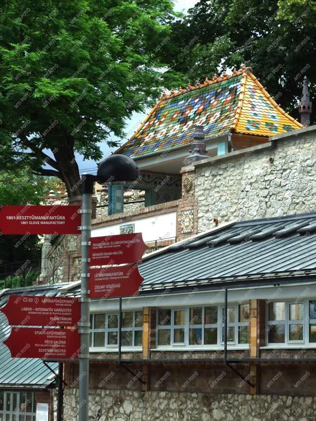 Épület - Pécs - Tájékoztató táblák a Zsolnay porcelángy