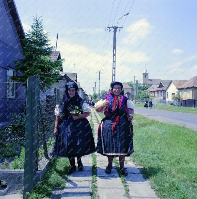 Kultúra - Asszonyok palóc viseletben a kazári utcán