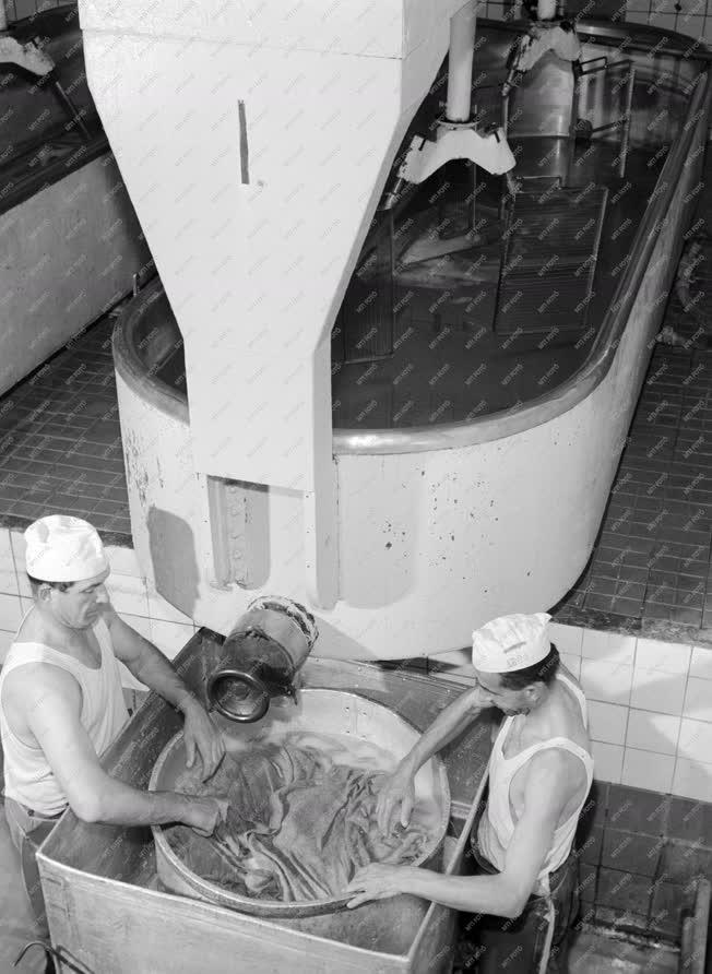 Ipar - Tejipar - Készül az ementáli sajt
