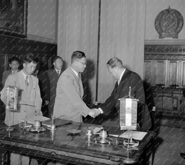 Együttműködés - Koreai-magyar kulturális és áruszállítási egyezmények aláírása