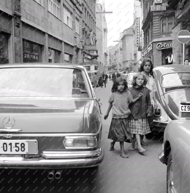 Városkép-életkép - Cigánylányok a Belvárosban