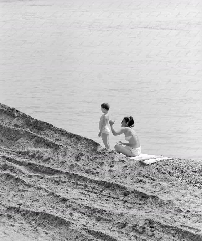 Életkép - Napfürdőzők a Duna-parton
