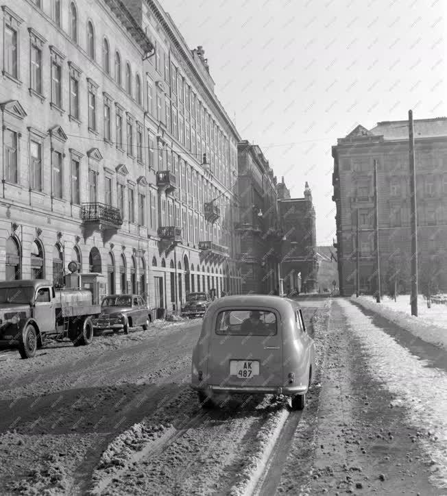 Városkép-életkép - Közlekedés - Havas budapesti utcakép