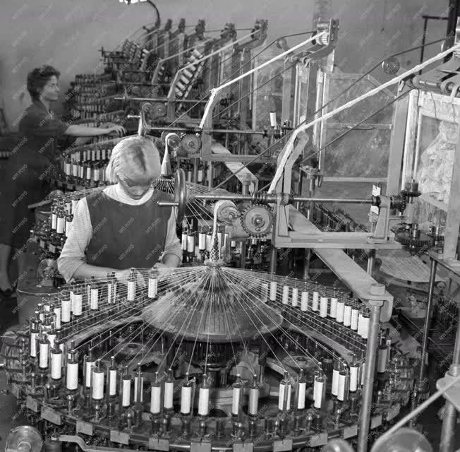 Ipar - Gépipar - Hazai készítményű gépek a könnyűiparnak